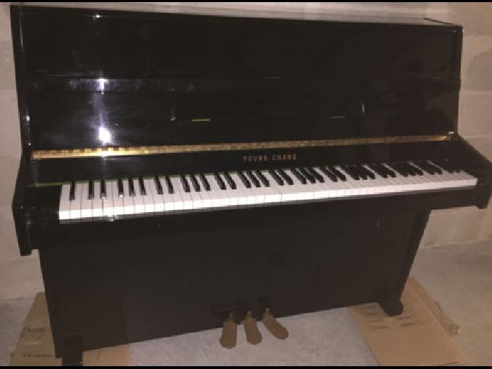 piano droit laqu noir young chang mod le u 109 3 p dales tabouret r glable piano occasion. Black Bedroom Furniture Sets. Home Design Ideas